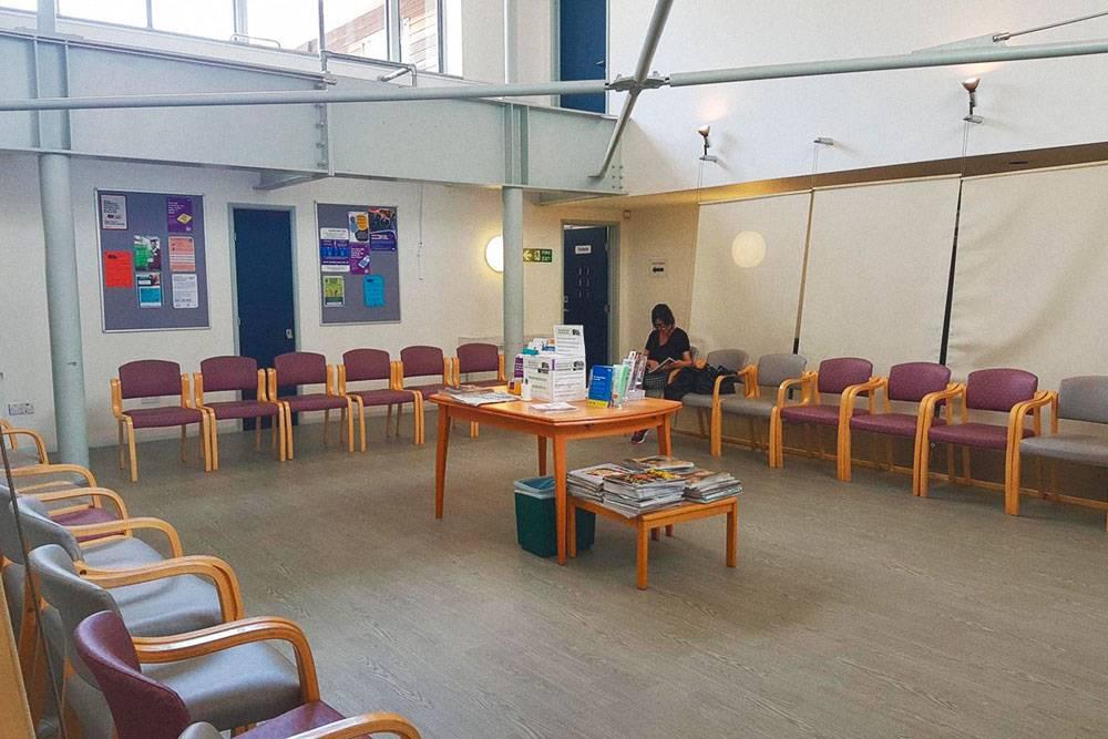 В больницах есть специальные залы, где больные ждут своей очереди. Там можно провести до пятичасов