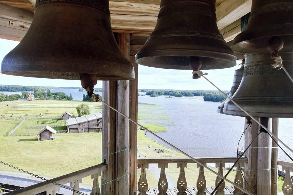 С колокольни открывается красивый вид на остров, соседние берега со старинными деревнями и каскад главок храма Преображения Господня