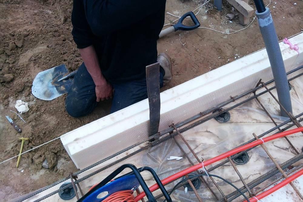 Ввод стальной полосы контура заземления в дом на этапе его строительства