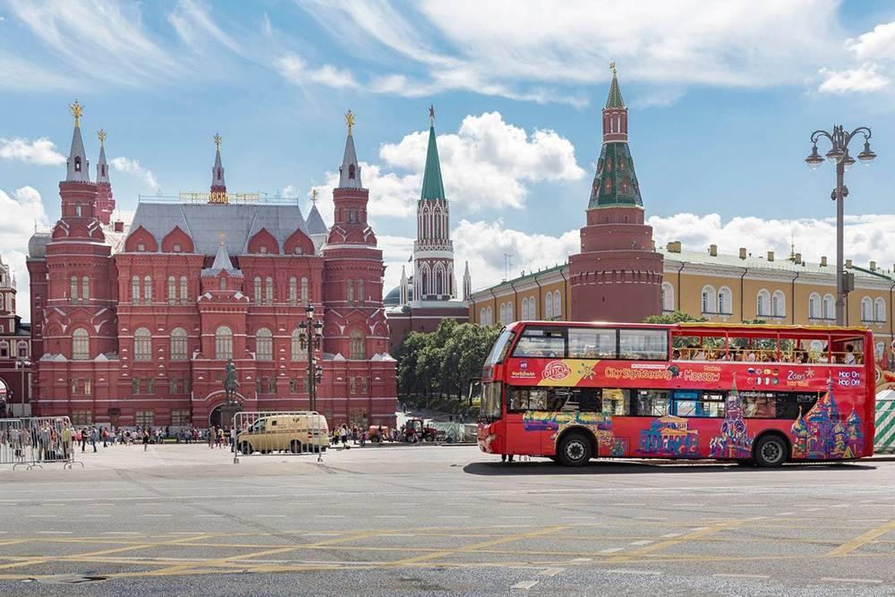 На двухэтажном автобусе лучше кататься в солнечную погоду. Источник: v-shature.ru
