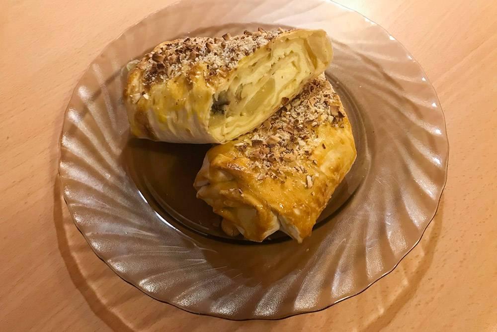 Рецепт очень простой, но получается невероятно вкусно: на 2порции нужно 250г творога, смешиваем с 1яйцом и 1белком, добавляем по вкусу сахарозаменитель и соль. 2лаваша расстилаем и смазываем по всей поверхности творогом. Сверху выкладываем колечки банана, сворачиваем лаваши рулетом. Орешки дробим в блендере. Смазываем рулеты желтком и посыпаем орешками. Ставим в духовку на 15—20 минут притемпературе 180°С