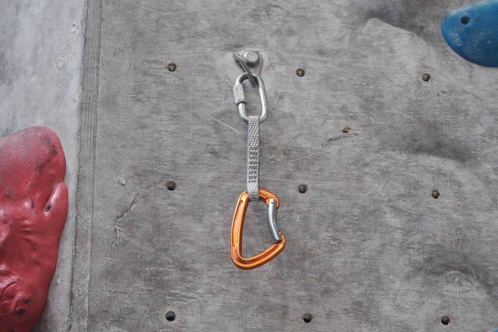 Оттяжки нужны, чтобы веревка проходила свободно и не мешала скалолазу. Если вщелкнуть ее непосредственно в карабины крюков, будет слишком большое трение, а веревку тяжело будет тянуть за собой. На трассу нужно минимум два комплекта оттяжек