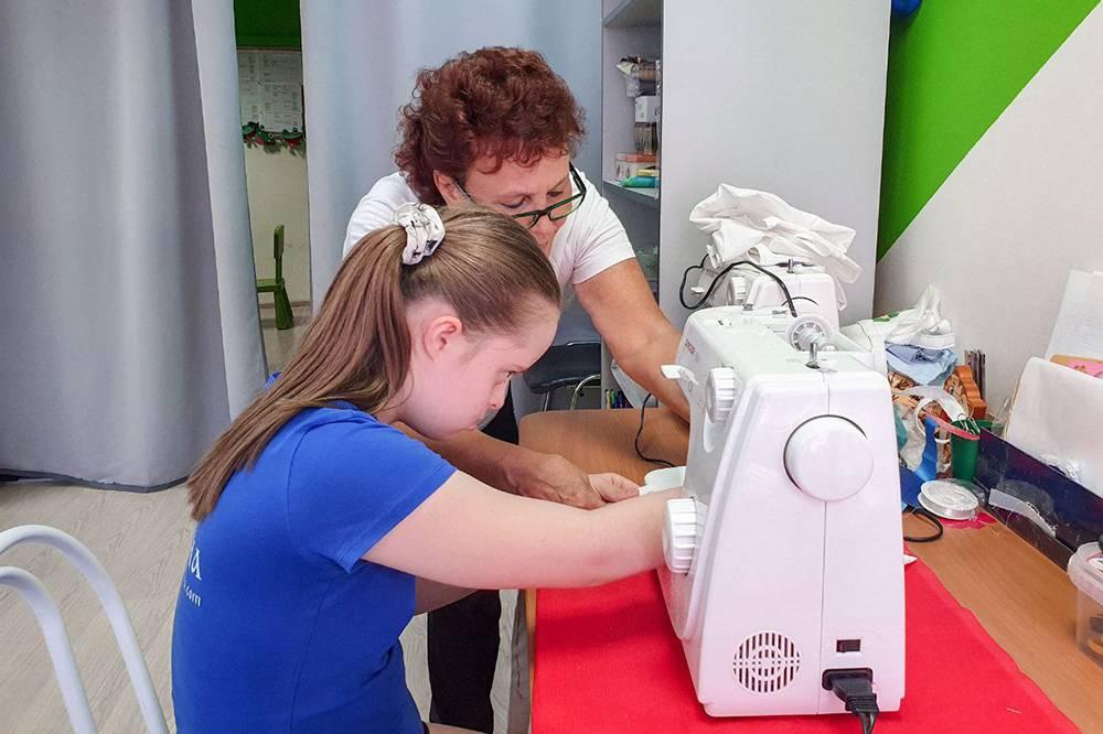 В швейно-типографской мастерской детей учат работать со швейными электромашинками, термопрессом и плоттером