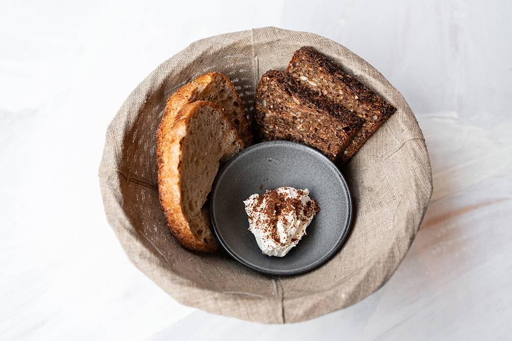 Наша хлебная корзина — в нее входит масло, два кусочка тартина и&nbsp;два кусочка датского хлеба. Стоит&nbsp;190&nbsp;<span class=ruble>Р</span>