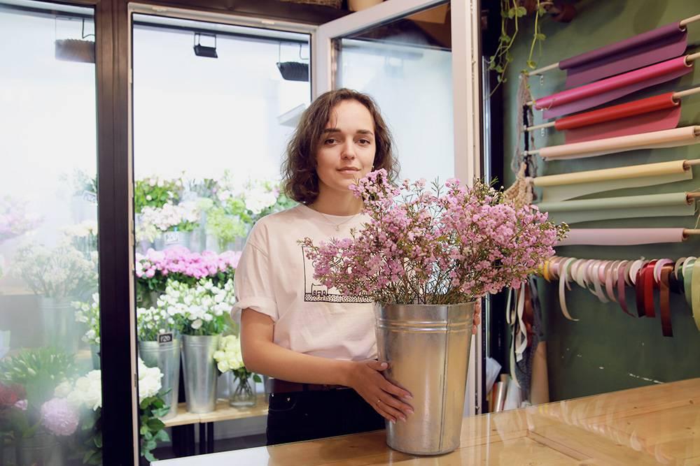 Флористы любят ставить цветы поградиенту оттенка, потому что так легче набирать состав длябукета. Тоже исупаковочной бумагой илентами. Фото: Ксения Колесникова