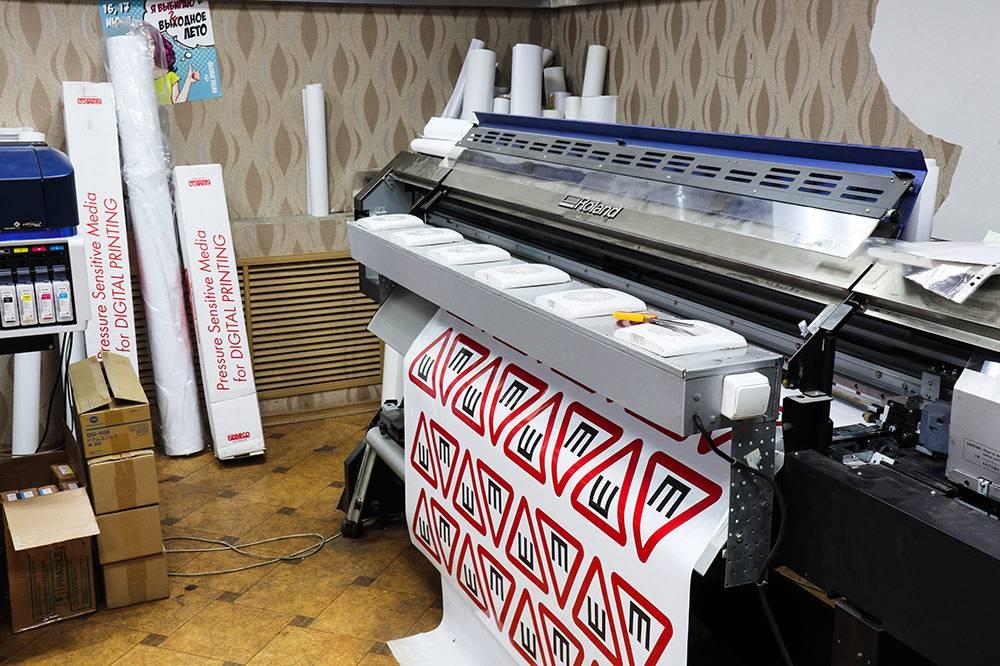 Кирилл и Тойво купили широкоформатный принтер «Роланд» в 2013 году. Он не только жив, но и до сих пор считается флагманом. Пять лет назад он стоил 1,2 млн, сейчас его продают за 1,95. В октябре и ноябре на нем печатают самый популярный товар — наклейки со знаком «шипы»