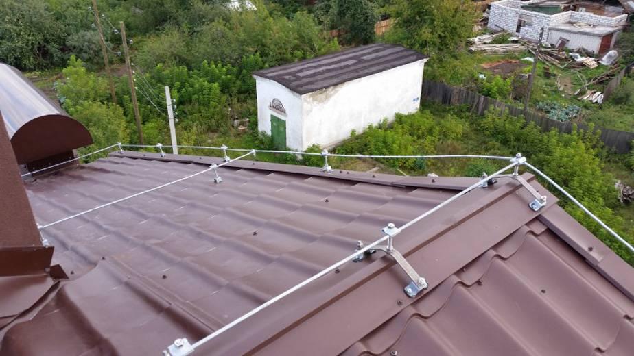 Если кровля металлическая, сетку кладут на расстоянии примерно 10см от нее, чтобы разряд молнии не задел крышу. Источник: «Свет Новосибирска»