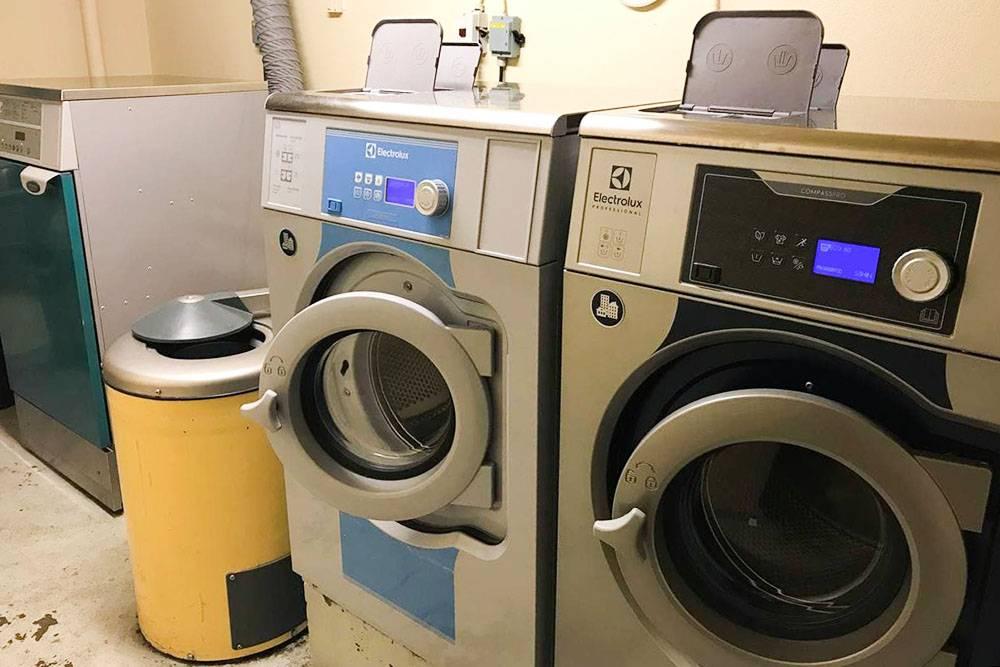 Это стиральные машины в нашем доме. В шведских городах люди редко размещают их в квартире, обычно их помещают в подвале дома. Многим приезжим не нравится такая система, а я быстро привыкла. Но в некоторых домах прачечные находятся в соседних домах, это неудобно