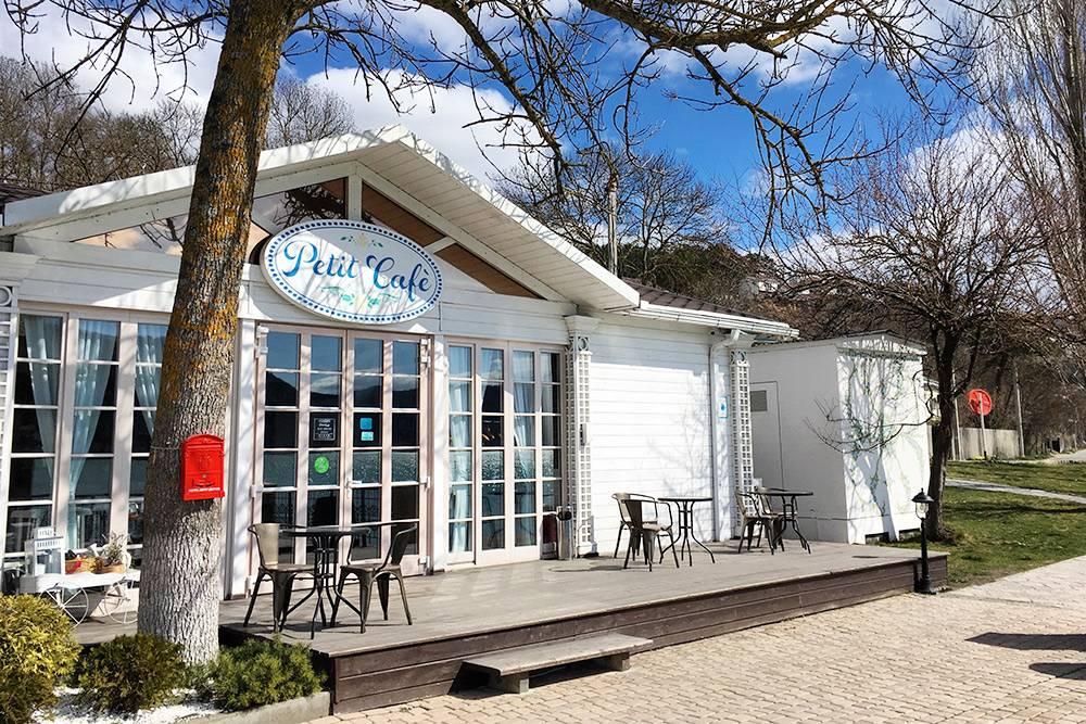 В Petit Cafe приятно посидеть с чашкой кофе у озера. На снимке пусто, так как на улице было +6°C