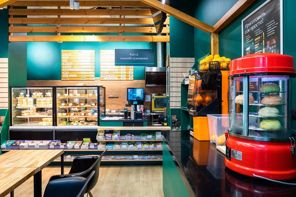 В магазине организовали маленький бар, где можно купить кофе и выпечку. Тамже стоят столики — можно присесть и поесть