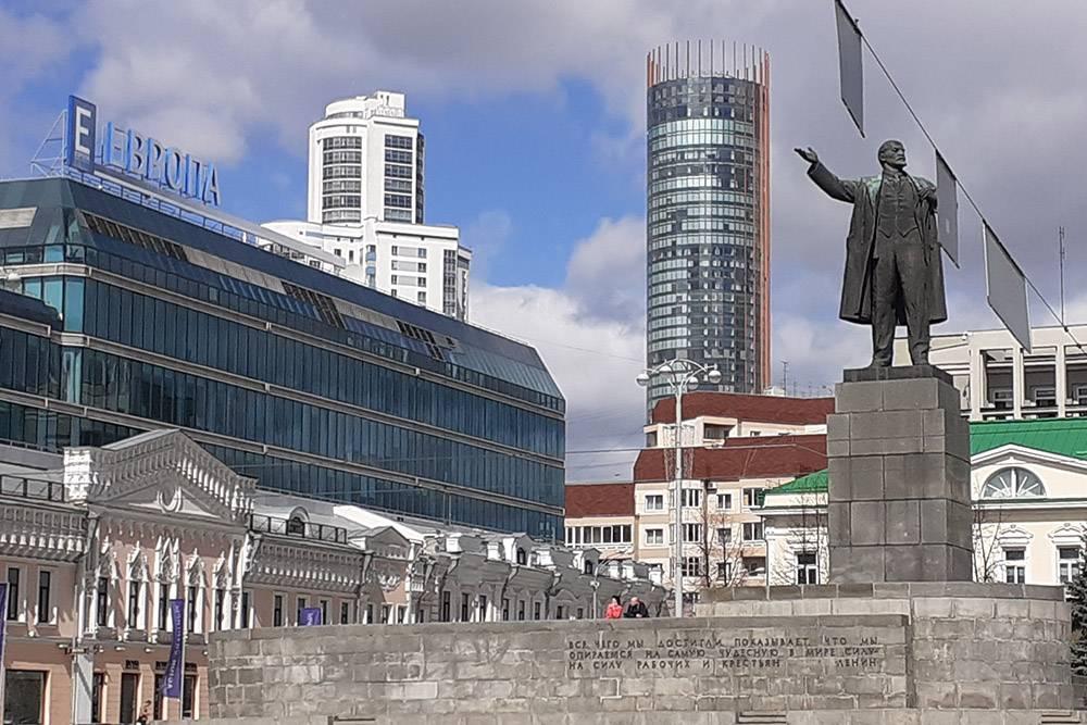Это Ленин на главной площади нашего города. От памятника веет какой-то магией — я серьезно. В московском метро эти ощущения у меня были еще сильнее, потомучто там выше концентрация следов советского прошлого. Это была империя титанов, и, хотя памятник у нас на площади выглядит маленьким и незначительным, атмосферу он генерирует ого-го!