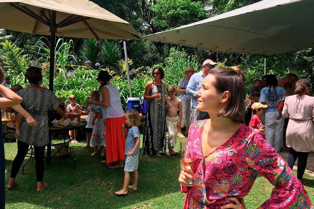 Обычная тусовка надень рождения, среди гостей почти все — мзунгу