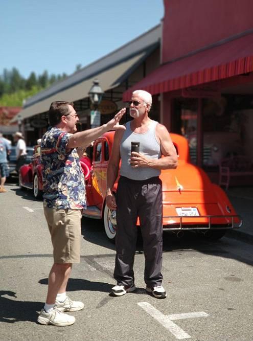 Показалось, что у оранжевой машины стоит Халк Хоган. Это вполне мог быть он
