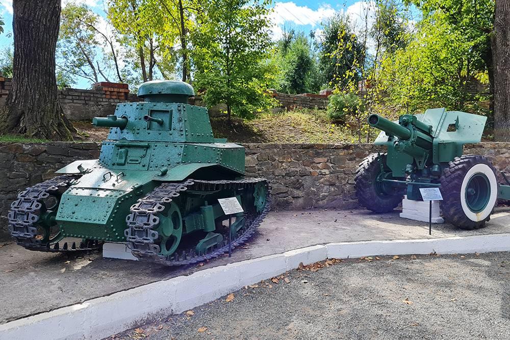 Снаружи стоит симпатичный кроха-танк Т-18 — советский легкий танк непосредственной поддержки пехоты 1920-х годов. В него помещались два человека