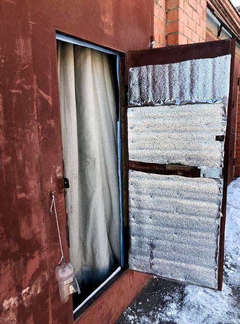 Зимой я крайне рекомендую утеплить калитку и ворота. Особенно если в гараже лежат соленья или продукты длительного хранения