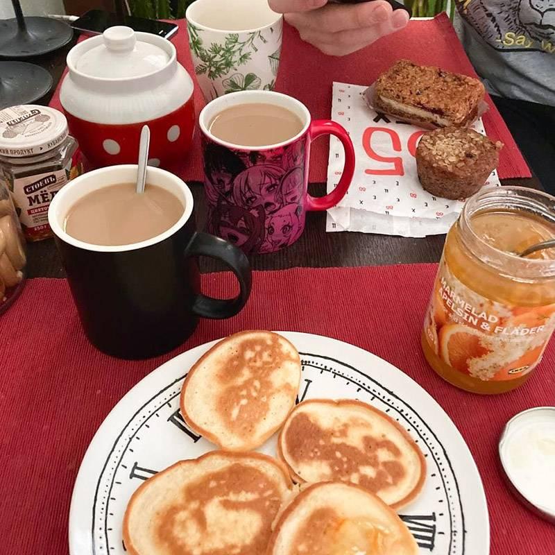 Т. приготовил оладьи, я сварила кофе. Апельсиновый мармелад из «Икеи» оказался просто потрясающим