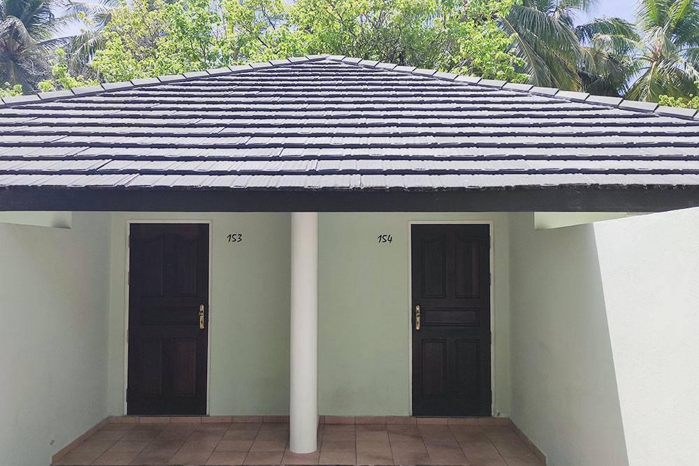 Отели на островах-резортах часто представляют собой домики на 1—4 номера. В нашем домике их было 2. На крыльце могут жить муравьи разных размеров