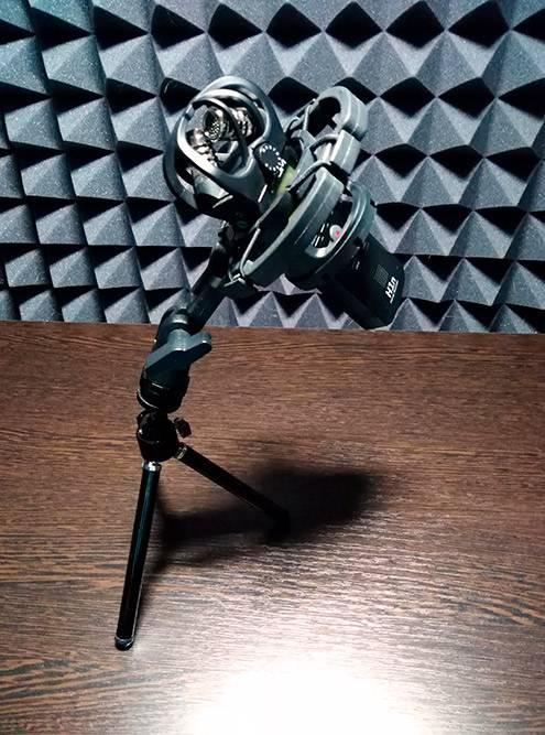 Потом вставляю диктофон. Фото сделала внутри моей звукоизоляционной кабины