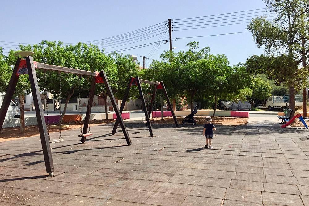 Так выглядит обычная дворовая площадка в Лимасоле