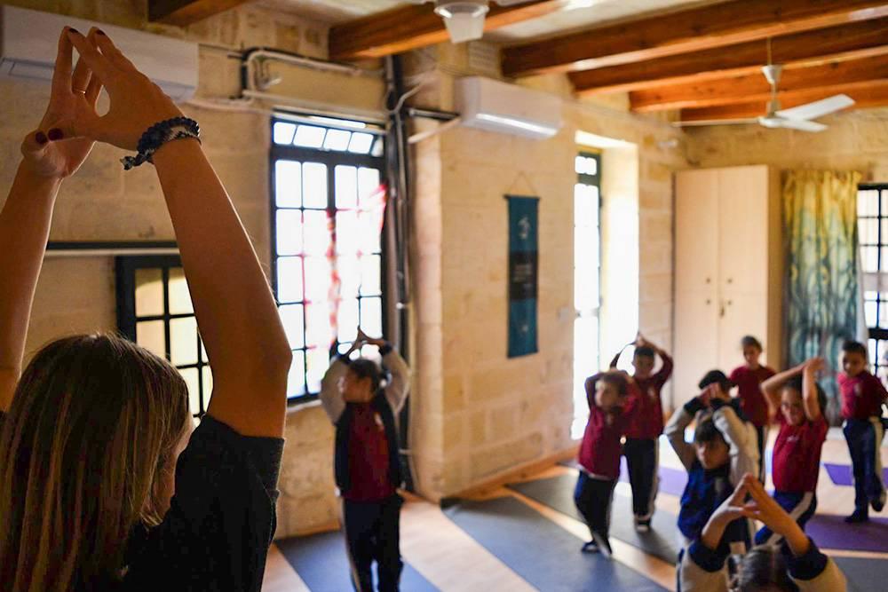 Удивительно наблюдать, как местные школьники заинтересованы йогой, которую преподают в игровой форме