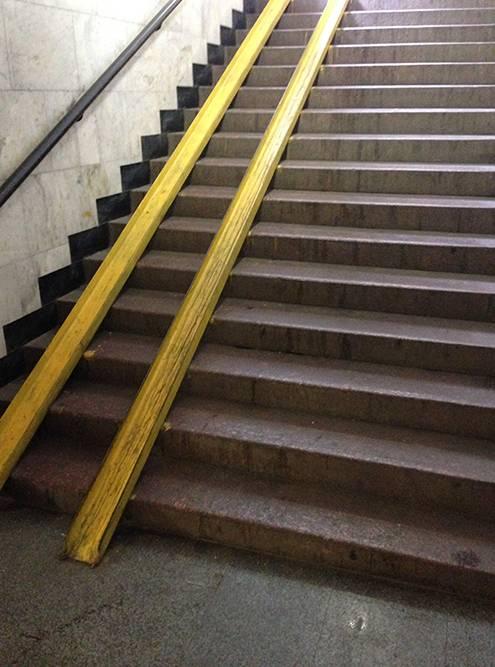 Не представляю, как спуститься по этому пандусу в метро и не убиться