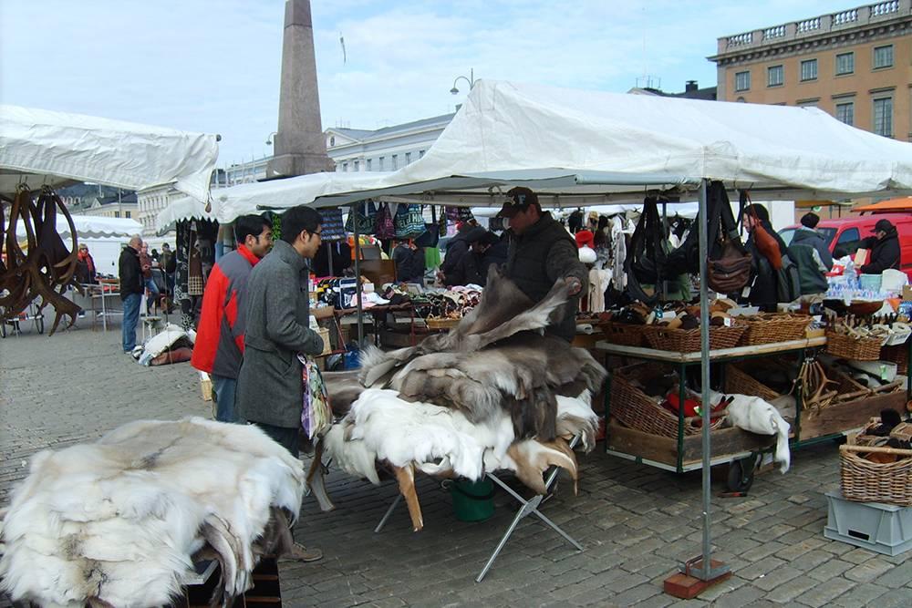 Рыночная площадь в Хельсинки. Там продают национальные блюда, сувениры и товары народного промысла, например шкуры животных