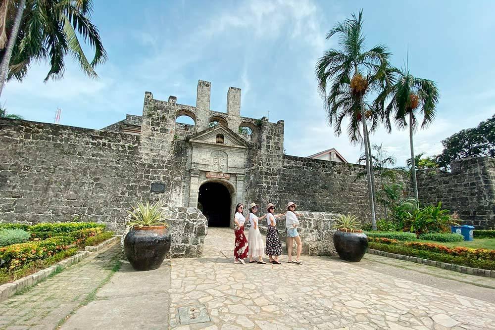 Заросший мхом форт Сан-Педро в Себу-сити. На крыше можно посмотреть на старинные залповые орудия, а внутри отдохнуть у красивого водоема с кувшинками