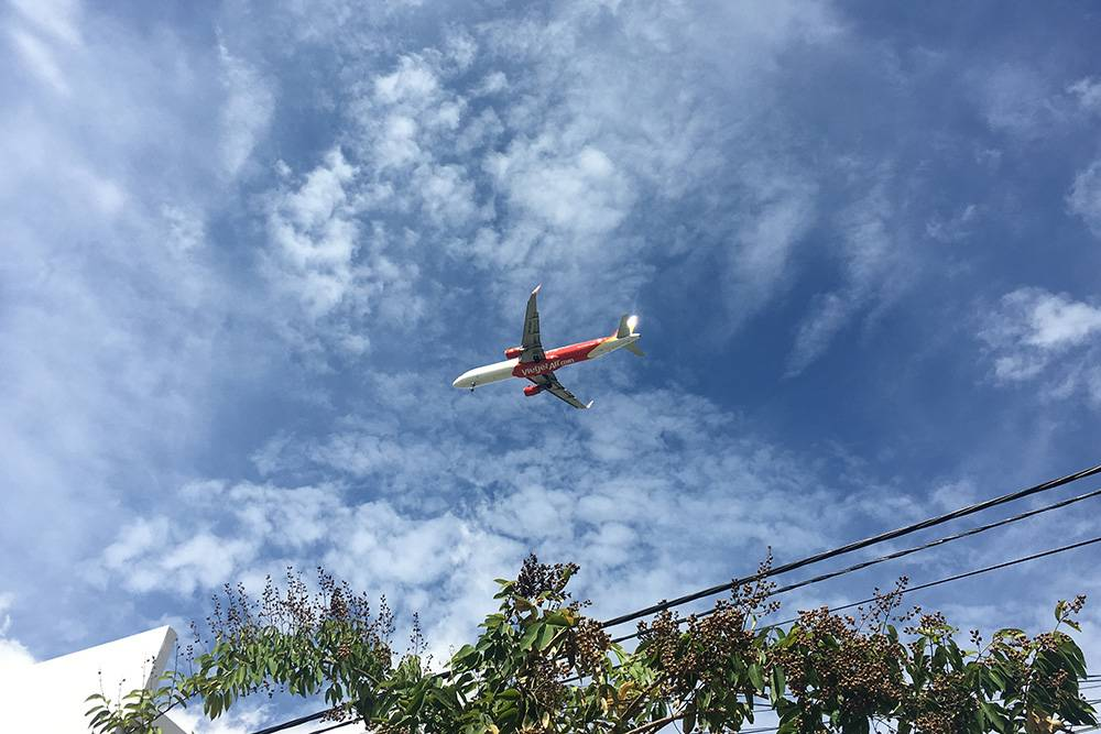 В Дананге аэропорт находится прямо в городе. Это фото я сделал, когда тишину на пагоде нарушил рев авиадвигателя