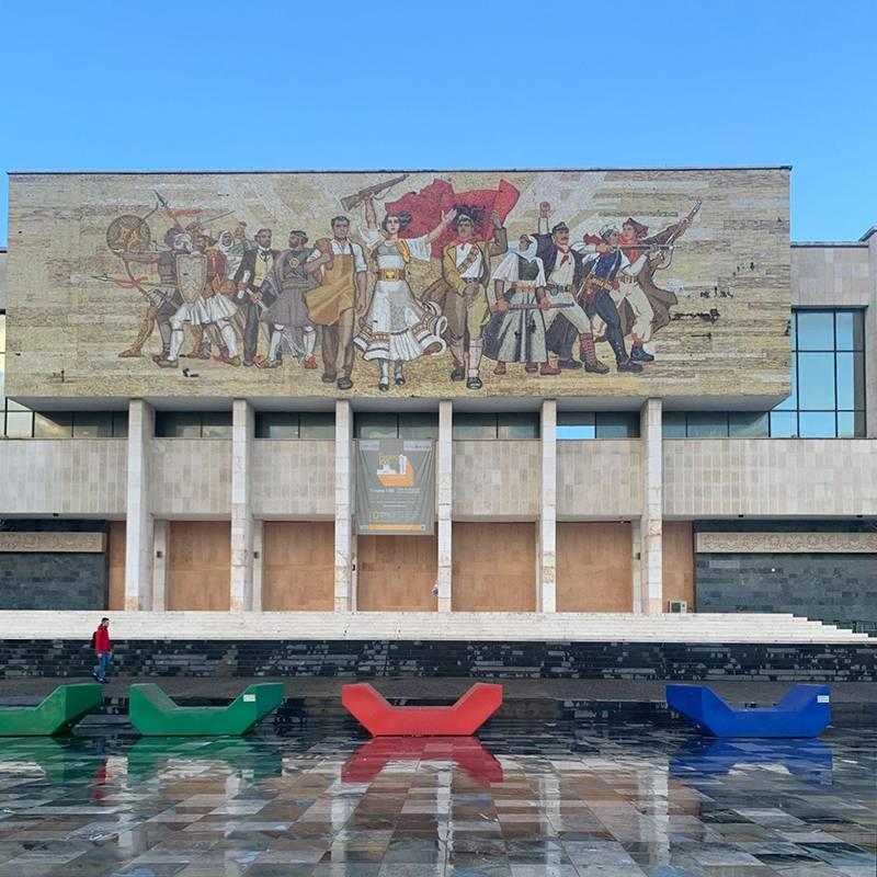 На здании Национального исторического музея сохранилась мозаика. Его закрыли на реконструкцию. Как и полагается социалистическому государству, здесь воспевают крестьян, рабочих и революцию