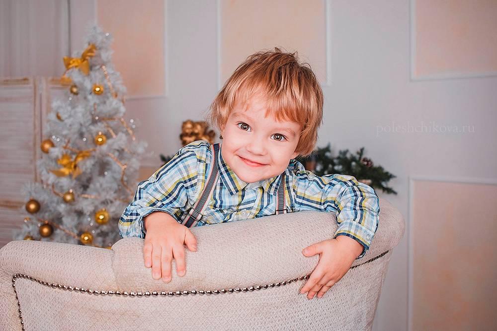 Когда малыш нехочет позировать, япредлагаю емупоиграть. Многие фотосессии спасла игра впрятки. Детям очень нравится прятаться, например заспинкой кресла. Акогда онивыпрыгивают иззасады, нужно вовремя нажать накнопку затвора — озорная улыбка нафото обеспечена