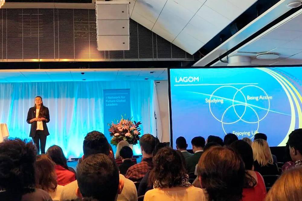Это собрание стипендиатов Swedish Institute в Стокгольме. Нам рассказывают, что такое лагом и насколько это важно для жизни в шведском обществе