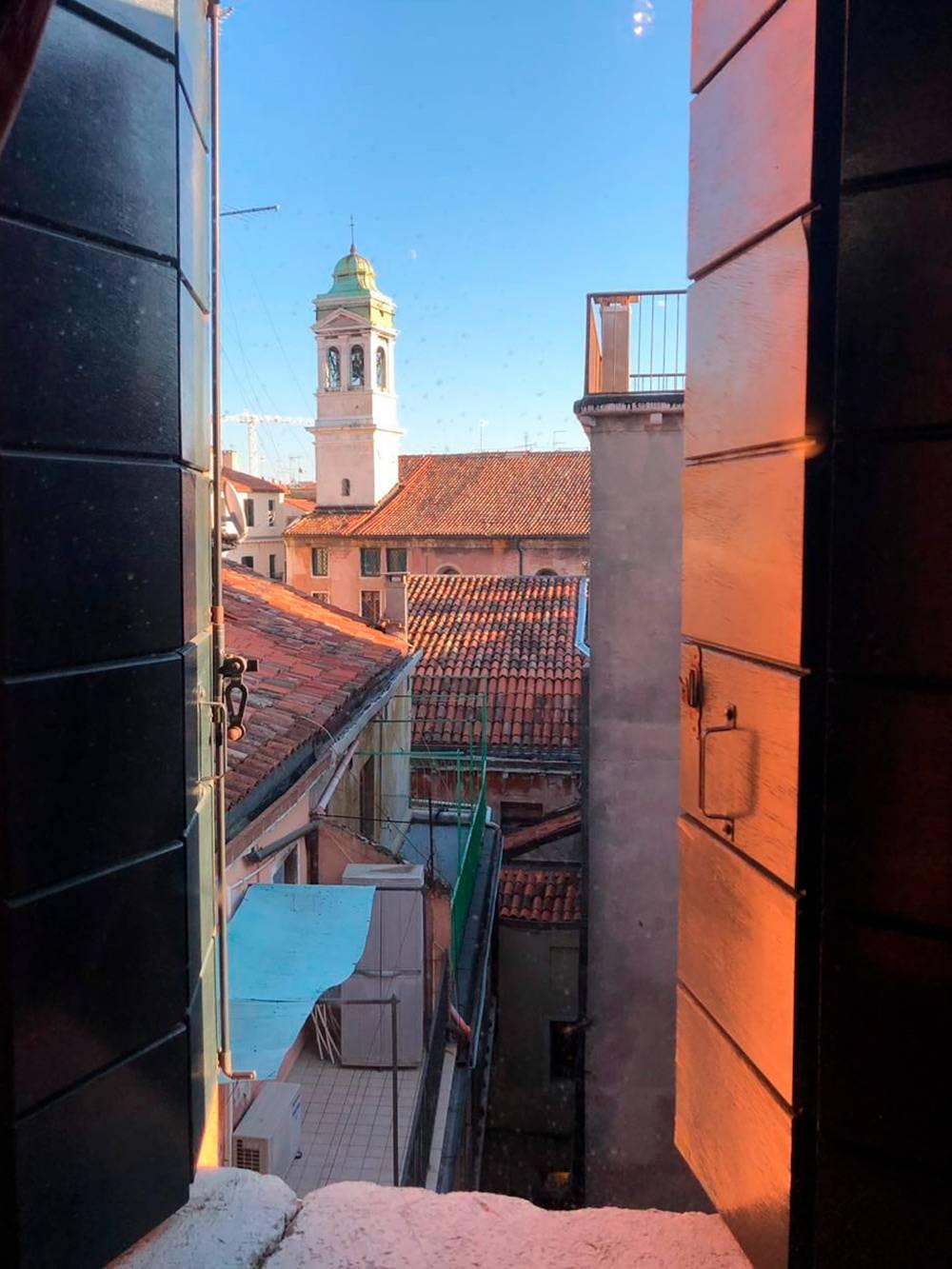 Вид из окна апартаментов, за сутки в которых мои друзья платили 120€