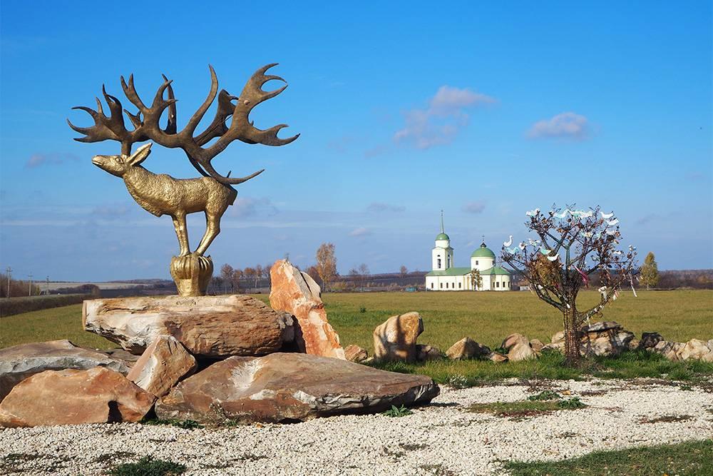 Привъезде в парк стоит скульптура. Ее авторы воссоздали фигурку оленя 5 века до нашей эры, которую нашли в ходе археологической экспедиции на Алтае. Сам экспонат хранится в Эрмитаже