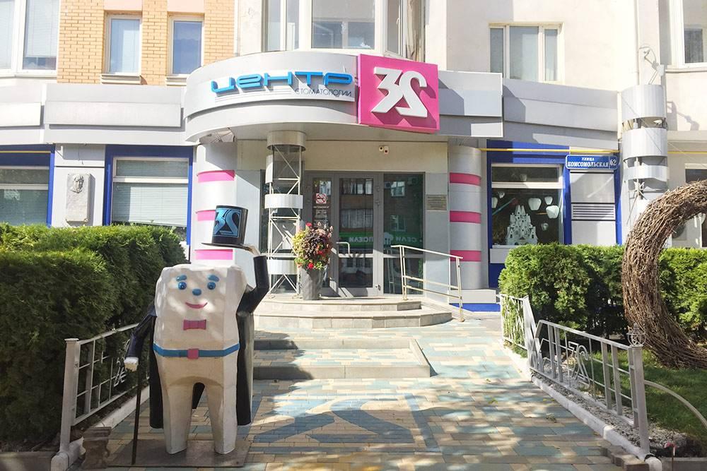 Центр стоматологии «32» работает в Орле много лет. Цены здесь как в Москве, а иногда даже выше. Вылечить кариес стоит от 4600<span class=ruble>Р</span>, удалить зуб — от 2600<span class=ruble>Р</span>, поставить имплант — от 25 000<span class=ruble>Р</span>