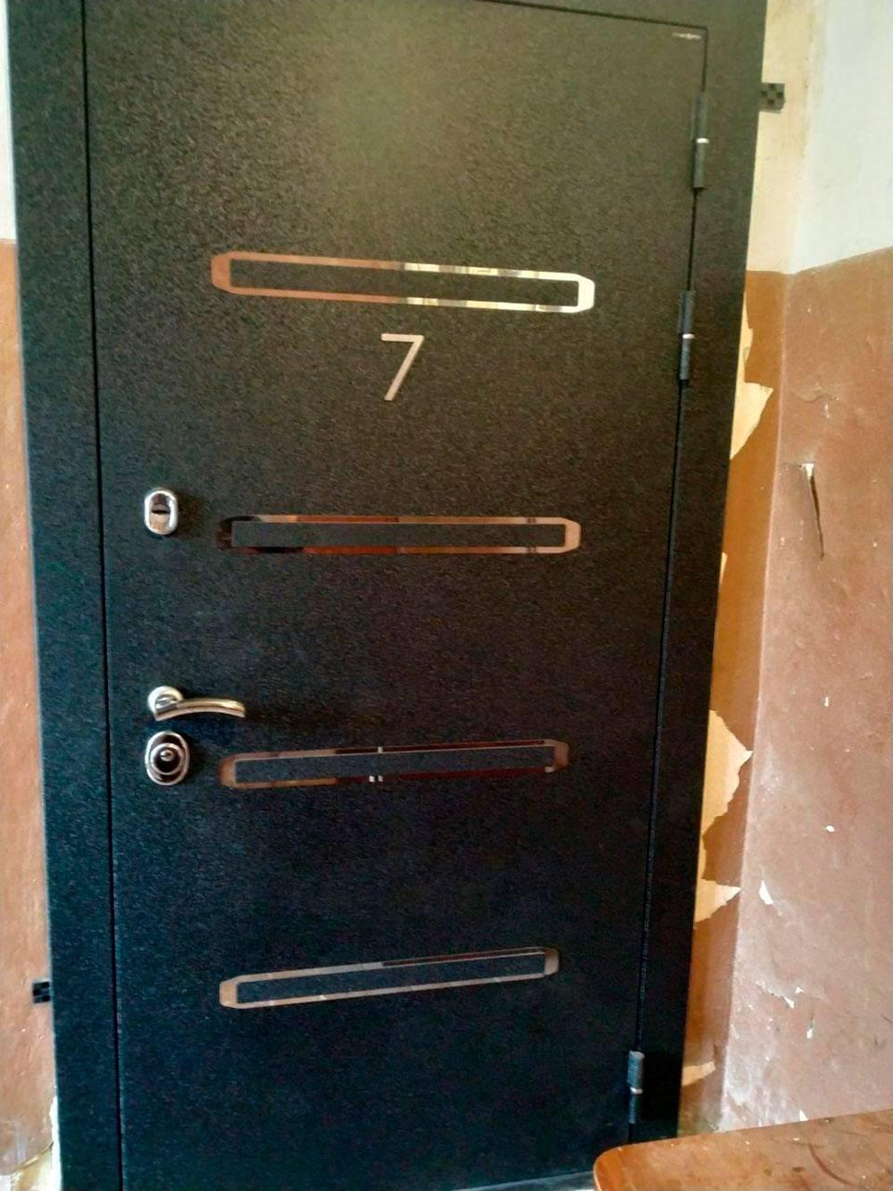Также мы заменили входную дверь в квартиру. Подъезд у нас не очень красивый, но мы уже поменяли окна на пластиковые и заменили с соседями дверь в дом. Когда-нибудь доберемся и до отделки