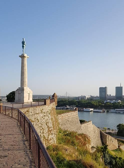 Обнаженная скульптура памятника Победителю повернута в сторону бывшей Австро-Венгрии