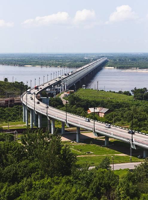 Мост через Амур изображен на купюре номиналом 5000<span class=ruble>Р</span>. Такой вид открывается с недостроенного здания