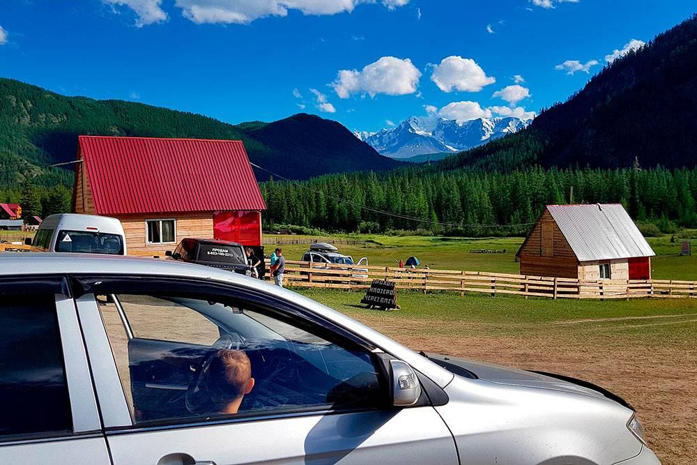 Палаточный лагерь «Мёны». За забором со всех сторон другие палаточные лагеря, а в домиках живут владельцы территории