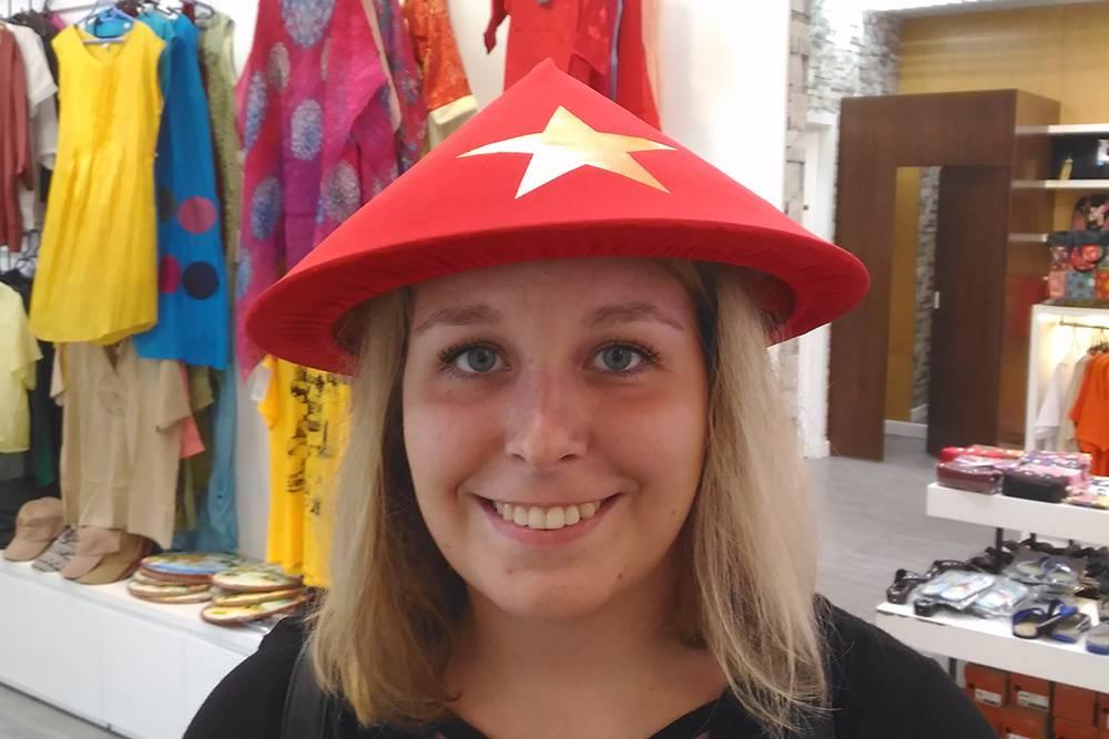Для туристов делают не только классические соломенные, но и разноцветные шляпы