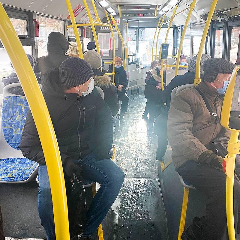 Автобус опять полный, да что за день сегодня такой?