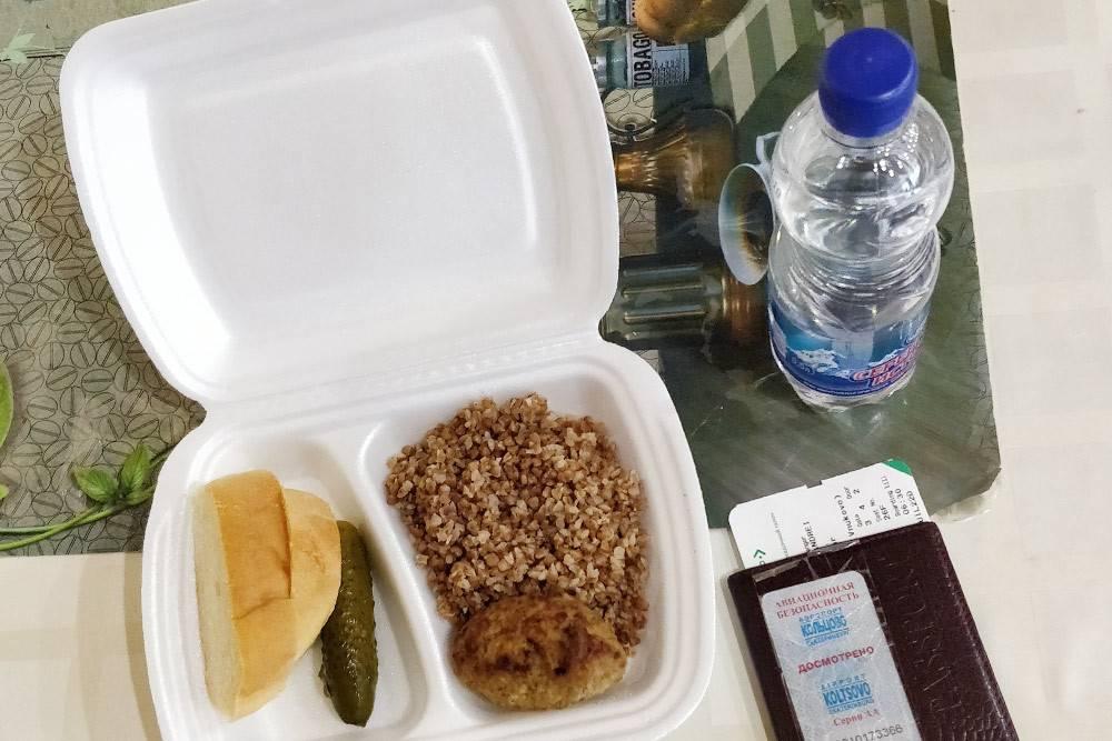 Бесплатное питание: котлета явно не из мяса, гречка — холодная и недоваренная. Зато малосольный огурчик порадовал