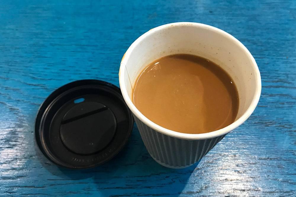 Это карак — чай с молоком и кардамоном. Если москвичи ходят по городу с кофе в стаканчиках, то маскатцев всегда можно встретить с караком. Его пьют вместо кофе, и он очень сладкий, так как вместо молока добавляют сгущенку. Стоит 0,3 OMR (59<span class=ruble>Р</span>)