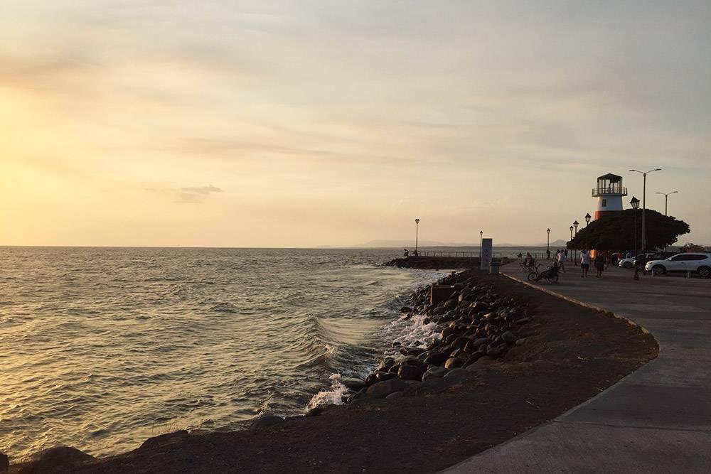 В Пунтаренасе есть все признаки некогда фешенебельного курорта: широкая набережная, городской бассейн, маяк и полное отсутствие людей на пляже