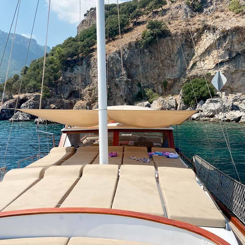 В Турции популярны яхты. За 8500TRY можно снять яхту с обедом на весь день на 6—8 человек