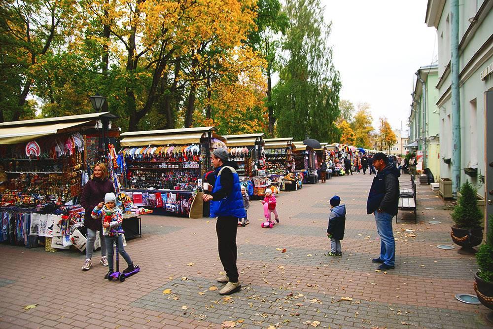 Прямо напротив лицея в Лицейском переулке продают сувениры