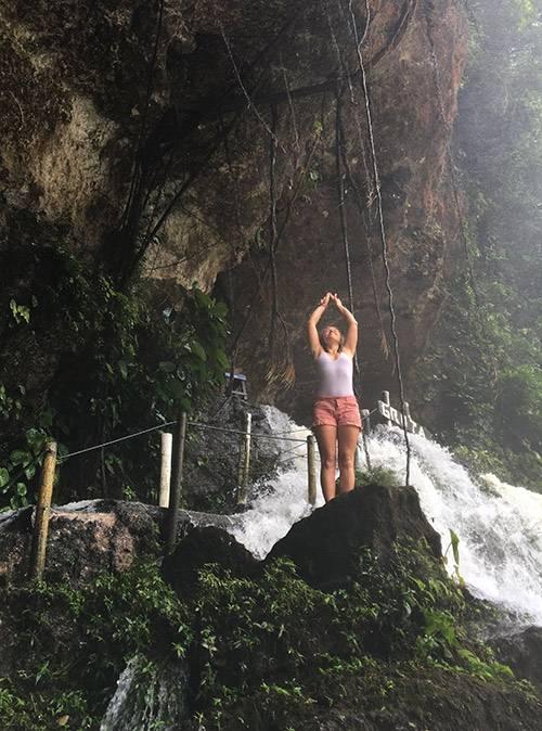 На водопады советую взять с собой запасную одежду: вокруг очень мокро