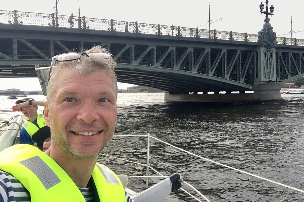 Мы прошли мост Бетанкура, Биржевой мост, Тучков, Троицкий, Большеохтинский. В акватории Невы очень много судов. Трафик на дорогах как в столице в час пик — нужно быть внимательным