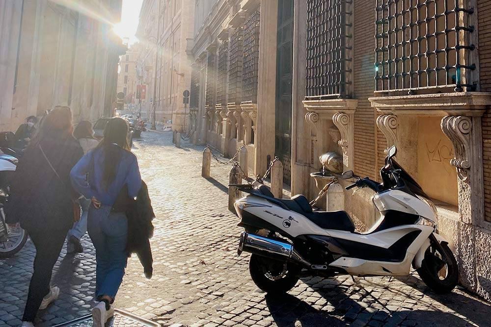 Узкая улочка Via della Pigna — на машине не проедешь