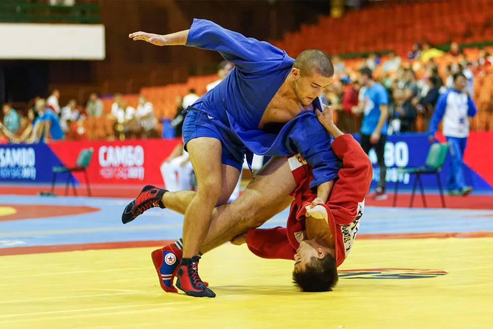 Во время схватки спортсмены применяют броски, болевые приемы и различные удержания, из-за этого высок риск травм. Источник: Источник: maRRitch / Shutterstock