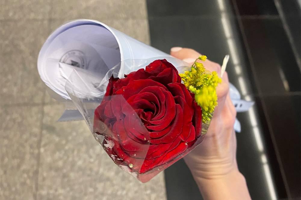 Туристам в аэропорту Каира вручали розы